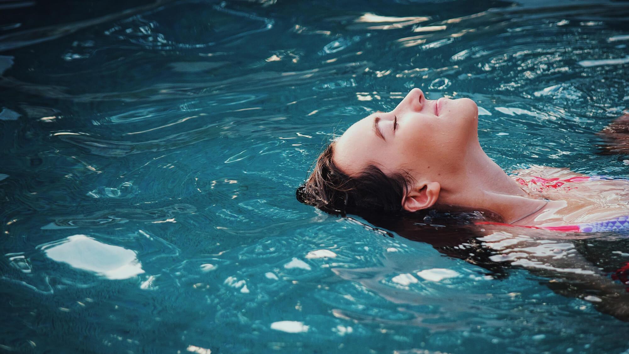 Femme dans une piscine de soins